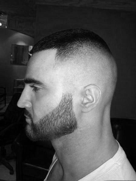 Buzz Cut Bărbați cu păr înalt decolorat